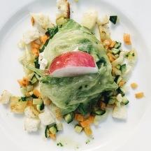 Fagottino di lattuga con tacchino, verdure e vinagrette